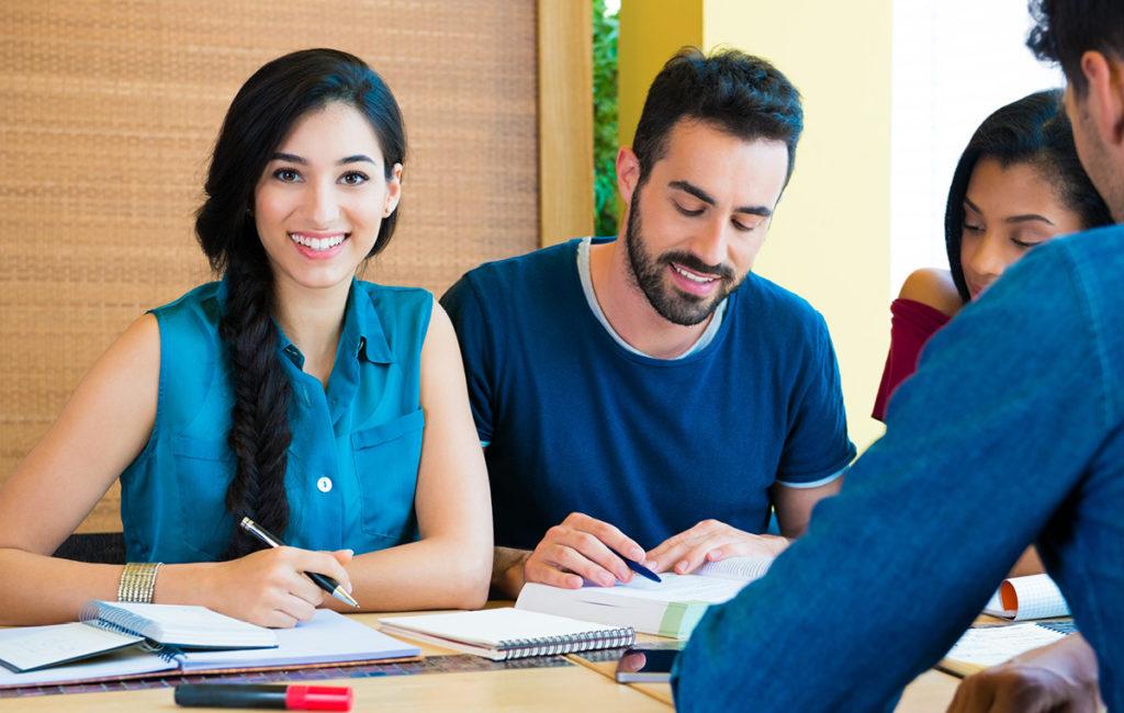 Junge Leute lernen gemeinsam am Tisch